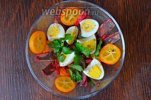 Завершаем оформлять салат отваренными половинками перепелиных яйц с листиками зелени. Заправляем оливковым маслом и посыпаем кориандром. Солить не нужно, бастурма достаточно солёный продукт. Приятного аппетита!