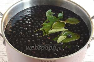 В кастрюлю поместить воду, рябину, 15 штук вишнёвых листьев.