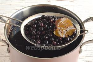 После 2 дней, сок слить, отделив листья и ягоды. Ягоды не выбрасывайте. Достаточно измельчить их с помощью блендера или пропустить через мясорубку. Добавить сахар, проварить 5 минут и закатать. У вас получится отличное варенье из чёрноплодной рябины.