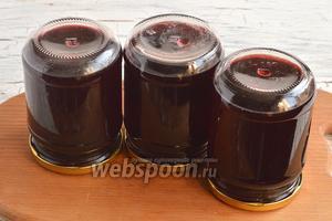 Разлить кипящий сок, без листьев, в стерилизованные банки, закатать крышками. Оставить до полного остывания. Сок из чёрноплодной рябины на зиму готов.