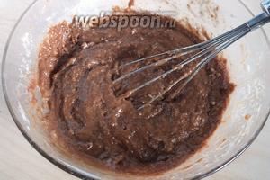 Соедините сухие и жидкие ингредиенты, размешайте до относительной однородности. Не взбивать.