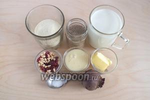 Подготовьте необходимые ингредиенты: манную крупу, молоко, ванильный сахар, сгущённое молоко, 1 маленькую сырую свёклу, сливочное масло, ванильный сахар и соль. Также понадобится 2 щепотки сахара.