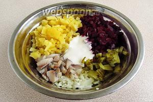 Соединить сельдь, огурец, лук, свёклу, картофель и полить сметаной.