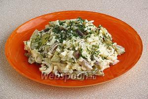 При подаче салат можно посыпать измельчённым укропом.
