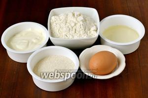 Чтобы приготовить вкусное печенье на сковороде на скорую руку, нам понадобится мука, сахар, желток одного яйца, сметана, подсолнечное масло, разрыхлитель.