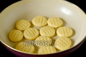 Сковороду ставим на самый маленький огонь и нагреваем. Выкладываем печеньки на сухую сковороду и запекаем по 3-4 минуты с каждой стороны до зарумянивания. Края в горячем состоянии будут мягкие, это нормально.