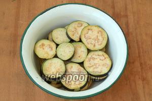 Баклажаны, не очищая от кожицы, нарезать кружочками толщиной 5 мм, посыпать солью и оставить на 30 минут.