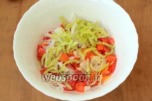 В глубокую миску нарезать дольками помидоры, добавить, свежие и обжаренные, лук с перцем.