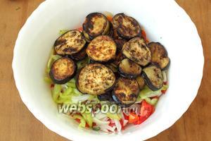 Баклажаны обжарить на подсолнечном масле с 2 сторон и добавить в салат.