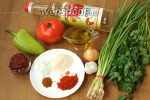 Чтобы приготовить соус нам понадобится помидор, болгарский перец, томатная паста, чеснок, репчатый лук, зелёный лук, петрушка, яблочный уксус, оливковое масло, паприка молотая, красный молотый перец, сахар и соль.