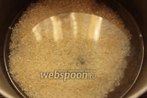 Рис промыть, залить, примерно, 300 мл воды, посолить, сварить до полу-готовности.