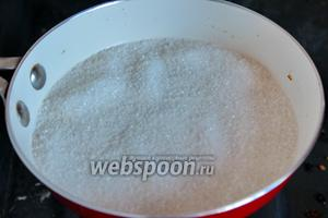 На сковороде или в ковшике, растапливаем сахар со сливочным маслом.