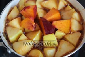 Добавляем фрукты и тушим 5-10 минут, в зависимости от спелости (твёрдости) фруктов.