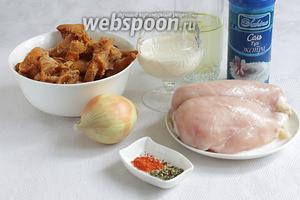 Для приготовления блюда возьмём куриное филе, лисички замороженные или свежие, лук, соль, перец, растительное масло, бульон куриный или овощной, сливки жирные, прованские травы, сладкую паприку.