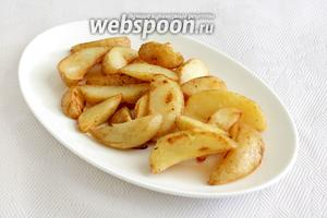 Сервируем блюдо. На тарелку выкладываем гарнир — у меня это запечённый картофель.