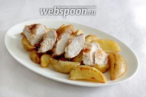 Затем выкладываем куриное филе — нарезаем его кусочками. Филе, приготовленное таким способом, получается очень сочным и не пересушенным.