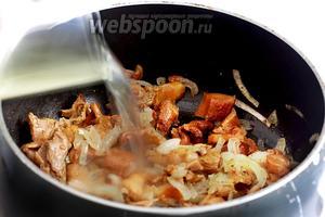 Затем влить куриный бульон и дождаться испарения жидкости, при постоянном помешивании.