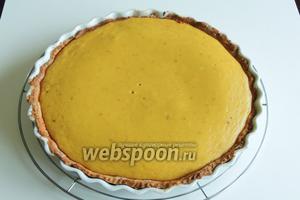 Остужаем и сервируем Пампкин пай — Тыквенный пирог со взбитыми сливками. Приятного аппетита!
