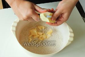 Нарезаем холодное и твёрдое масло на кусочки и добовляем в муку.