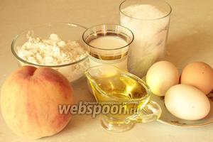 Для пирога-кекса нужно взять муку, яйца, персики, молоко, разрыхлитель, оливковое масло, сливочное масло и сахар.