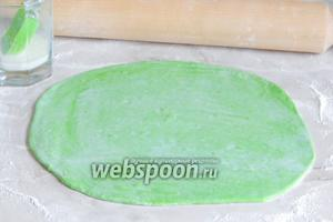 Теперь раскатаем аналогичным образом зелёное тесто и тоже смажем молоком.
