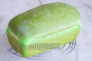 Остужаем его полностью (!) и, предвкушая что-то нереальное, берём нож для хлеба и начинаем отрезать первый кусочек... Да! Всё получилось, как нельзя лучше! Кстати, сначала дубовая, корка буквально через 5 минут превратилась в тончайший слой, под которым сразу был зелёный воздушный мякиш. Давайте же и вы, приготовьте свой хлеб «Арбуз»!