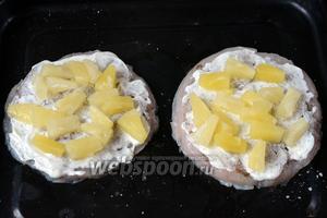 Раскладываем кусочки ананаса, у меня они были уже нарезанные в банке.