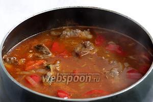Затем добавить воду, чтобы она покрыла мясо на палец. Поставить тушить под закрытой крышкой примерно на 1 или 2 часа, до готовности мяса. Периодически можно проверять мягкость вилкой.