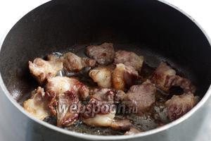 Говядину обжарить в образовавшемся жире до коричневой корочки. Лучше это сделать в 2 захода, чтобы мясо именно обжаривалось, а не томилось в своём соку. Я потом убираю весь жир с мяса.