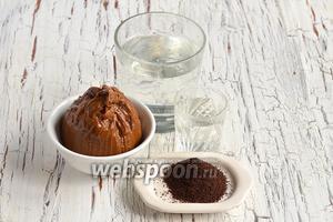 Для приготовления карамельно-кофейного ликёра нам понадобится варёное сгущённое молоко, свежемолотый кофе, вода, водка.