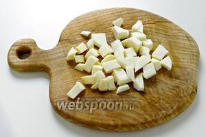 Порежьте копчёный сыр на маленькие кубики.