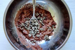 Шоколад растапливаем на водяной бане или в микроволновой печи. Затем в шоколад добавляем подготовленную мяту. Хорошо перемешать.