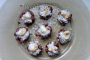 Мятные шоколадные конфеты убираем в холодильник для застывания на 30 минут. Готовые конфеты вынимаем из формы и можно подавать.