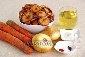 Для приготовления икры нужно взять свежие опята, свежую морковь, репчатый лук, подсолнечное рафинированное масло, перец чёрный горошком, лавровый лист и соль.