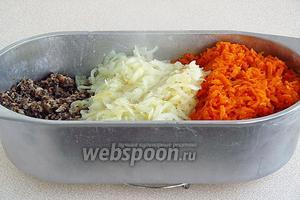Выложить лук и морковь к грибам.
