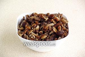 Залить грибы холодной водой, довести до кипения, снять пену и проварить в течение 20 минут, а затем выложить на дуршлаг и дать стечь жидкости. Должно получиться 2 кг грибов.