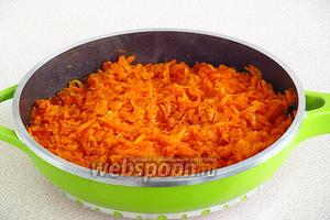 Потушить морковь под крышкой, использовав вновь 1/4 часть масла по рецепту.