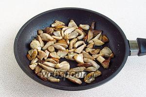 Выложить сыроежки на сковороду с разогретым маслом и обжарить до подрумянивания, а затем остудить.