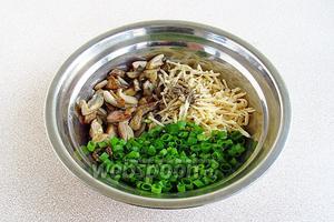 Соединить грибы, лук и сыр, посыпать молотым перцем, посолить, при необходимости добавить масло.