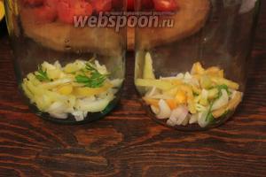 На дно банки, выложить нарезанный соломкой перец, лук, несколько веточек (листочков) зелени.