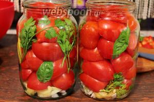 Наполнить баночки, помидорками (срезом вниз).