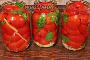 Залить маринадом (рассолом) помидоры.