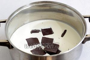 В ёмкость налить сливки для взбивания (35%) и поломать туда 100 г шоколада, добавить сахарную пудру по вкусу. Нагреть всё на огне, не доводя до кипения. Снять с огня и растворить шоколад в сливках до однородной массы. Остудить при комнатной температуре, а затем поставить в холодильник на 1 час.