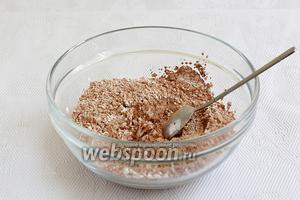 В отдельной ёмкости смешать разную муку, какао, разрыхлитель, ванилин и щепотку соли. Просеять всё несколько раз, чтобы обогатить кислородом и избавиться от комочков.
