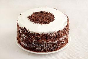 Украсить бока и верх торта шоколадной стружкой.