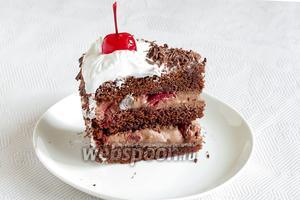 Возможно, разрез неидеальный, просто нужно торт хорошо охлаждать. Угощайтесь — вкусняшка ещё та.
