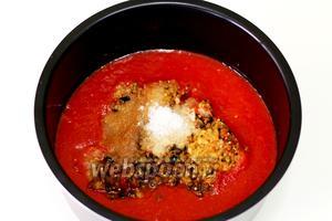 В чашу мультиварки (Moulinex CE500E32) загружаем томатный сок, измельчённые овощи. Добавляем соль и сахар по вкусу, столовый уксус, лавровый лист, масло подсолнечное. Закрываем крышку и включаем программу «Тушение» на 1 час. Параллельно простерилизуем банки с крышками.