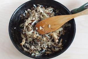 Готовьте, помешивая, минут 10. Затем посолите, поперчите, добавьте тимьян и прожарьте до готовности. Раньше солить и перчить не стоит, иначе грибы будут тушиться, а не жариться.