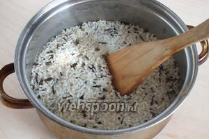 Смешайте 2 вида риса, если нужно промойте, затем залейте подсоленной водой, отварите до полной готовности белого риса. Дикий рис пусть останется «al dente».