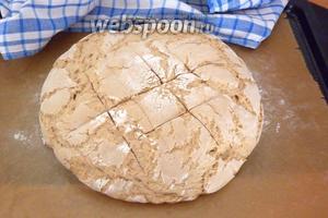 После того, как тесто удвоилось в объёме, острым ножом делаем надрезы на поверхности. Выпекать хлеб в разогретой до 230°С духовке (предварительно сбрызнув стены духовки водой) 10 минут, после чего, убавить температуру до 200°С и выпекать до готовности (25-30 минут). Готовый хлеб издаёт глухой звук при постукивании.